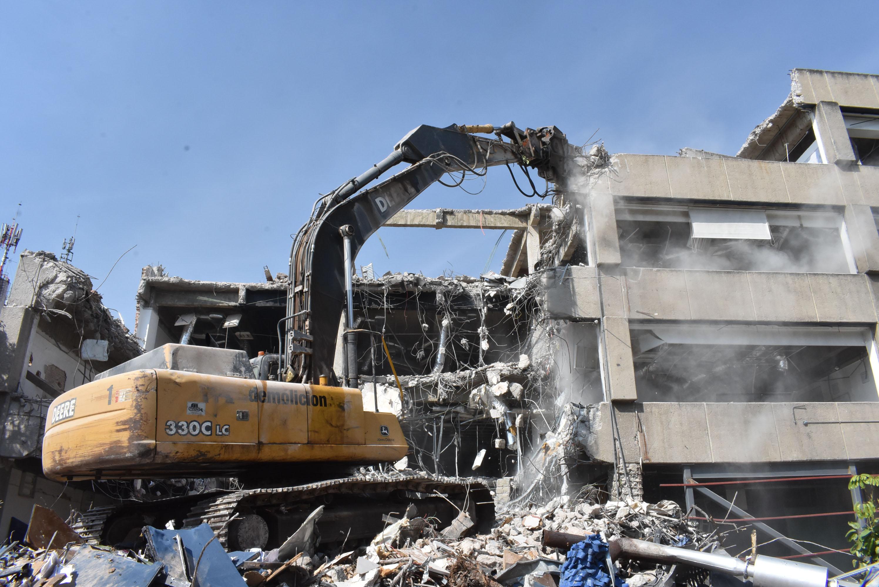 Demolición con maquinaria.JPG
