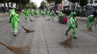Trabajadores de limpieza atienden vialidades en el marco del desfile por el 109 aniversario de la Revolución Mexicana